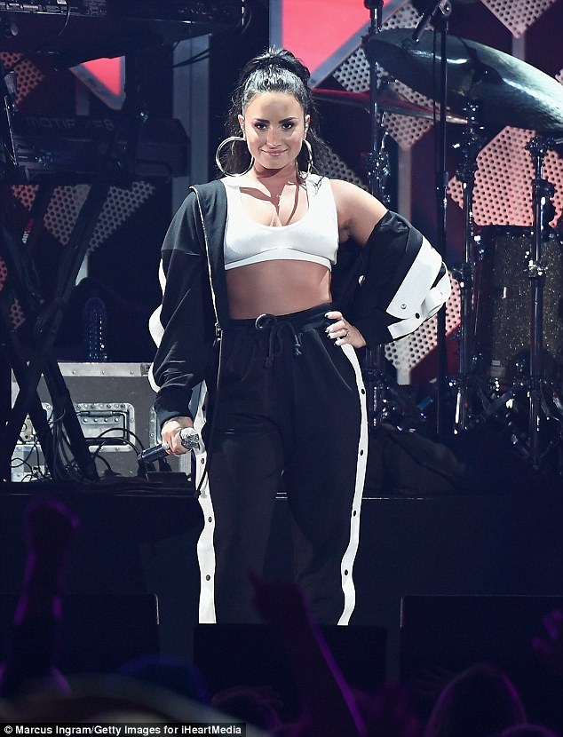 Demi lovato bares her belly in bra top and tracksuit for atlanta 39 s jingle ball the ultimate source - Armoire demi penderie demi lingere ...