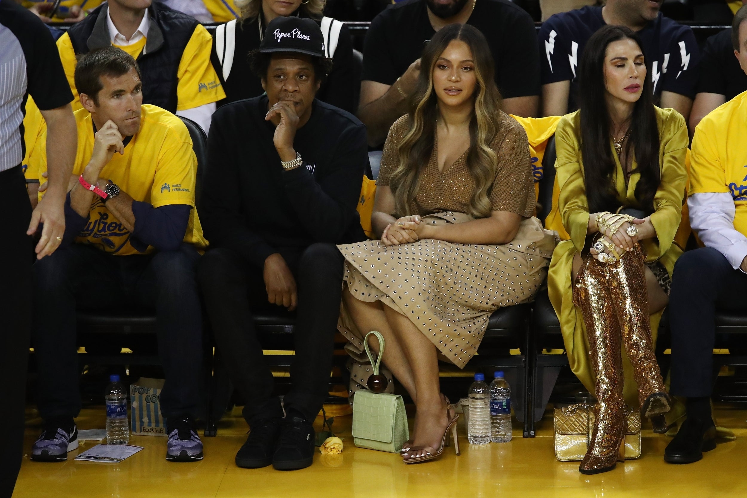 Beyoncés icy reaction to a woman talking over her to Jay